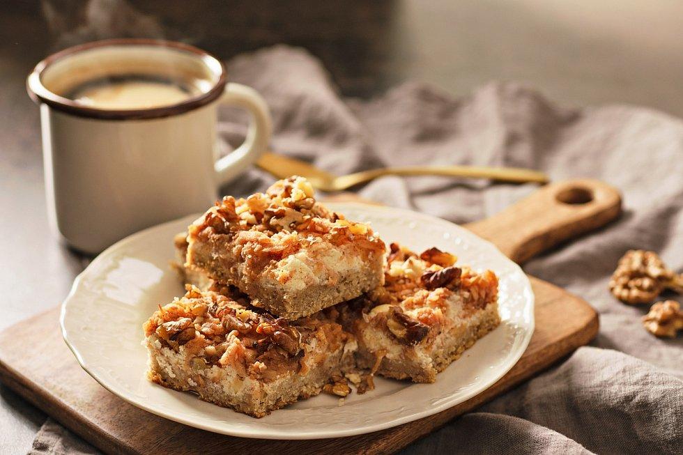 Jablečný koláč s tvarohem a ořechy