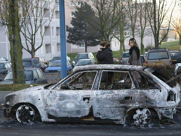 Více než sedmdesát vozů a budov se ocitlo v plamenech, včetně knihovny, dvou škol a několika obchodů.