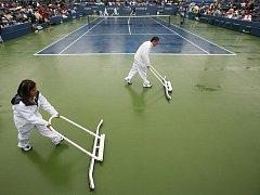 Místo tenistů se na newyorských kurtech v pátek činili jen odklízeči hektolitrů vody.