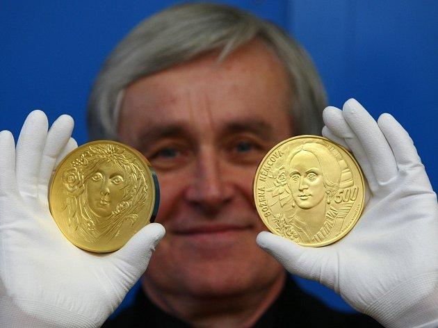 Ražba zlaté kilogramové medaile proběhla 26. března v jablonecké České mincovně. Medaile je poslední ze série čtyř medailí z produkce nedávno zesnulého grafika Oldřicha Kulhánka. Na snímku je akademický sochař Vladimír Oppl.
