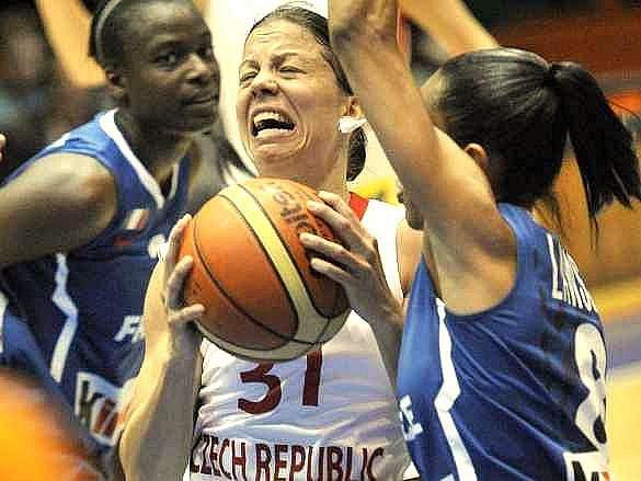 Veronika Bortelová se probíjí francouzskou obranou.