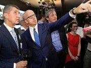 Zástupci hnutí ANO v čele s lídrem kandidátky Pavlem Teličkou (druhý zleva) a předsedou hnutí Andrejem Babišem (vlevo) sledovali 25. května v Praze výsledky voleb do Evropského parlamentu. Třetí zleva na snímku je Martin Stropnický.