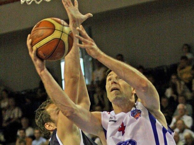 NESTAČILI. Miroslav Futo z Děčína se snaží zabránit Petru Bendovi, aby přidal další body na konto Brna.
