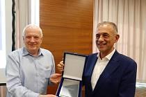 Šéf RunCzech Carlo Capalbo (vpravo) přebírá ocenění z rukou prezidenta Evropské atletické asociace Sveina Arne Hansena.