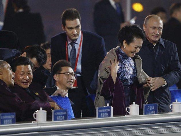 Galantním gestem upoutal pozornost ruský prezident Vladimir Putin.  Před začátkem pondělního přivítacího obřadu pod širým nebem si Putin všiml, že se první dáma Číny ve svých tenkých hedvábných šatech chvěje zimou, a přehodil jí přes ramena šál.