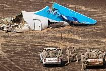 NEJVĚTŠÍ LETECKÉ KATASTROFY ZA POSLEDNÍCH DESET LET. Trosky ruského airbusu v sinajské poušti po teroristickém bombovém útoku, který 31. října 2015 zabil všech 224 lidí na palubě.