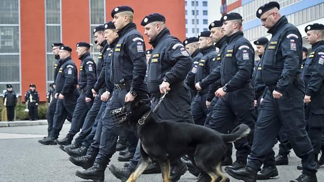 Padesát pět českých policistů odjelo 8. ledna z areálu Policejní akademie v Praze na zahraniční misi do Srbska a Makedonie, kde budou pomáhat při střežení hranic