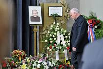 S chemikem světového významu a objevitelem nových antivirotik Antonínem Holým se 24. července ve Velké obřadní síni strašnického krematoria v Praze rozloučila rodina, přátelé, vládní představitelé a veřejnost.