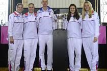 Na snímku jsou (zleva) české tenistky Andrea Hlaváčková, Lucie Hradecká, kapitán Petr Pála a Lucie Šafářová s Petrou Kvitovou.