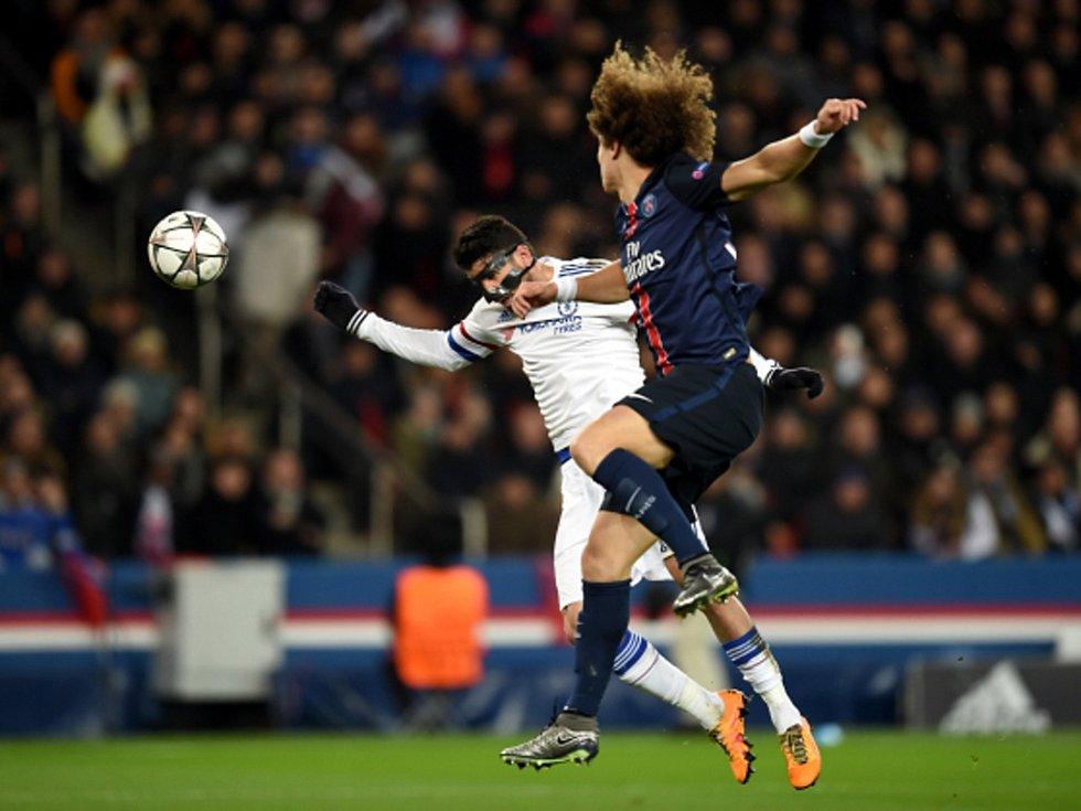Diego Costa z Chelsea (vlevo) a David Luiz z Paris St. Germain.