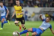Pavel Kadeřábek z Hoffenheimu (vpravo) a jeho skluz před Marco Reusem z Dortmundu.