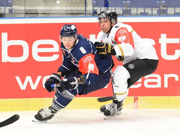 Vojtěch Tomi z Vítkovic (vlevo) a Ilkka Mikkola z Kärpät Oulu.