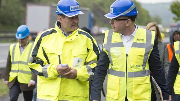 Ministr dopravy za ANO Vladimír Kremlík (vpravo) a nový generální ředitel Ředitelství silnic a dálnic (ŘSD) Pavol Kováčik (vlevo) si 9. května 2019 prohlédli stav modernizovaného úseku dálnice D1 u Mirošovic.