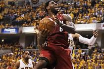 LeBron James z Miami se prosazuje proti Indianě.