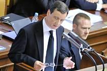 Poslanec a bývalý hejtman Středočeského kraje David Rath (vlevo) obviněný z korupce hovoří v Poslanecké sněmovně, která 5. června rozhodovala o pokračování Rathova stíhání pro podezření z korupce.