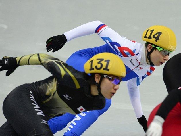 Rychlobruslařka Kateřina Novotná (vpravo) skončil ave své rozjížďce na 1500 m poslední.