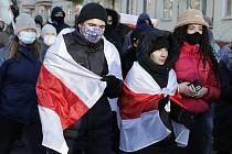 Demonstrant s běloruskou vlajkou.