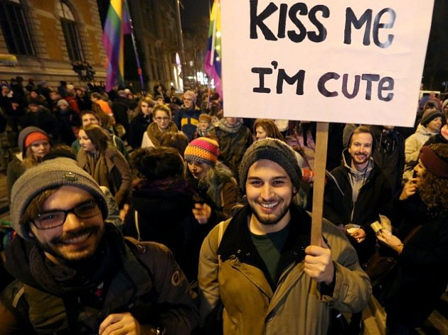 Ve Vídni se demonstrovalo proti vykázání lesbiček z kavárny.