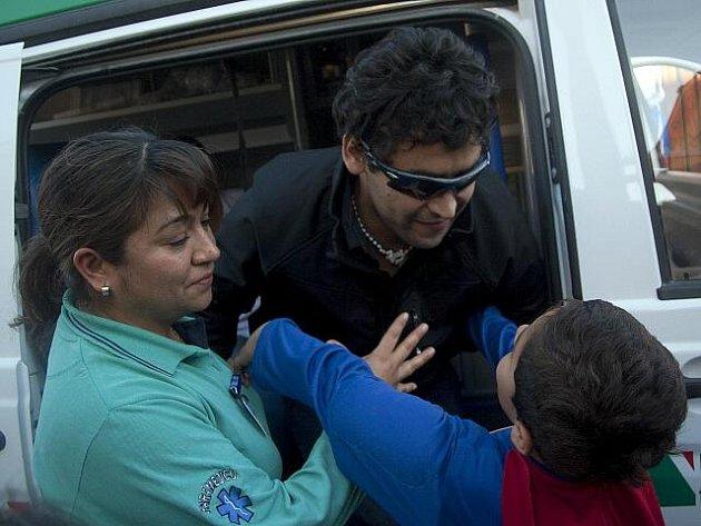 Jeden z třiatřiceti zachráněných zavalených horníků v Chile.