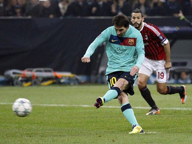 Klenot Barcelony Lionel Messi pálí v zápase proti AC Milán.