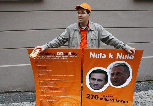 Malá demonstrace se konala 22. dubna před Poslaneckou sněmovnou Parlamentu České republiky v Praze, kde probíhala zahajovací schůze.