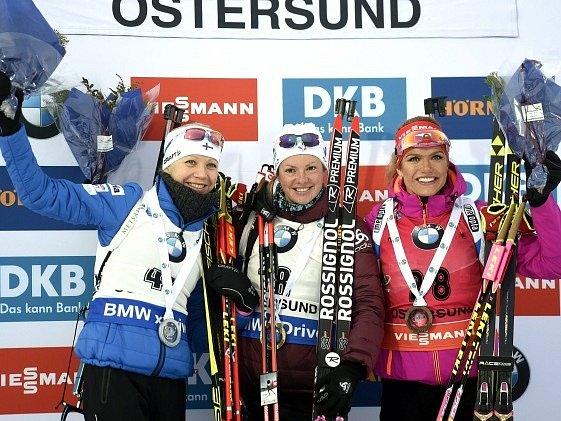 Bronzová Gabriela Koukalová (vpravo) na stupních vítězů po sprintu v Östersundu.