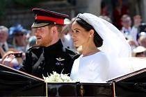 Harry a Meghan projeli po svatebním obřadu Windsor v otevřeném kočáře