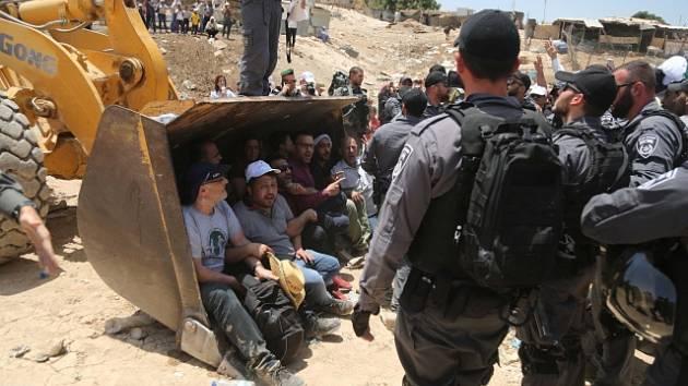 Palestinští demonstranti se před osadou Khan al-Ahmar perou s izraelskou policií