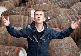 """Anglický režisér Ken Loach natáčí vesměs sociálně laděné příběhy. Ve své novince Andělský podíl, která včera vstoupila do kin, se ale roztomile """"rozšoupl"""". Nepochybně za to může i skotská whisky, jíž je jeho nový snímek, který získal letos Cenu poroty v C"""