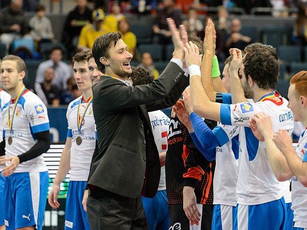 Trenér českých florbalistů Radim Cepek slaví s hráči na mistrovství světa zisk bronzových medailí.