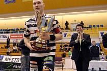 Hvězda florbalistů Tatranu Milan Fridrich s trofejí pro vítěze Poháru ČFuB.