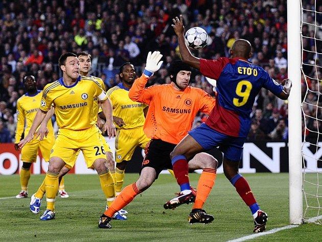 Brankář londýnské Chelsea Petr Čech (v oranžovém) v akci.
