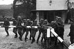 Němečtí vojáci bourají spolu s celníky Svobodného města Gdaňsk 1. září 1939 hraniční závoru v Sopotech, oddělující tzv. Polský koridor od zbytku Německa. Koridor zaručoval Polsku přístup k moři a ke gdaňskému přístavu