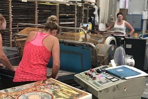 Práce pro ženy. Ani při letním náporu zatím Dino Toys nemá problém se zaměstnanci . Díky tomu, že nejde o fyzicky extrémně náročnou práci, tu mohou pracovat ženy. Ale hlásí se i lidé, kteří odešli z autoprůmyslu.