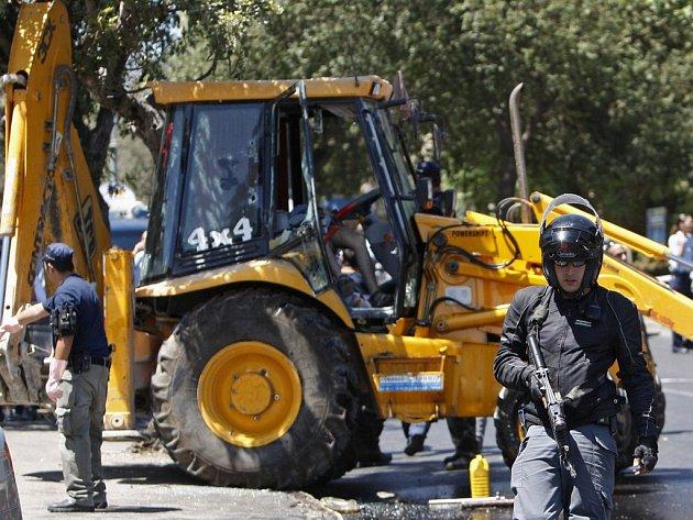 Izraelští policisté u traktoru, v němž je ještě tělo zastřeleného řidiče.