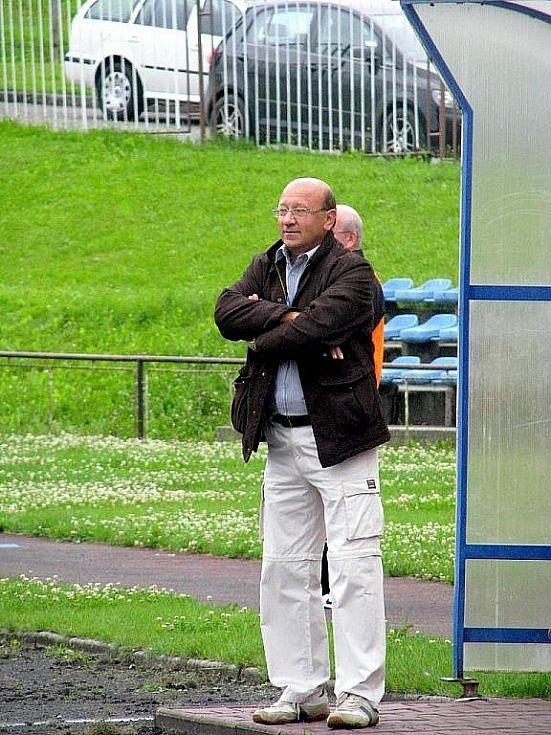 Během podzimu byl Jan Koval dost možná nejvytíženějším fotbalovým trenérem v republice. Na Novojičínsku v Moravskoslezském kraji koučoval celek Sokol Žilina v okresním přeboru a zároveň Starý Jičín v I.B třídě.