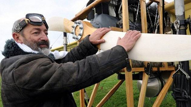 Letec Petr Mára s replikou letounu Jana Kašpara vzlétl 5. listopadu odpoledne z letiště v Kuněticích u Pardubic, aby zopakoval slavný Kašparův let z Pardubic do Prahy.