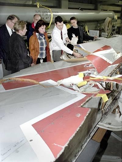 Debata odborníků nad zbytky letadla společnosti American Airlines, které se zřítilo v roce 2001. Pozůstalí cestujících z tohoto letounu na zprávy o identifikaci těl čekali v hotelu Ramada Plaza.