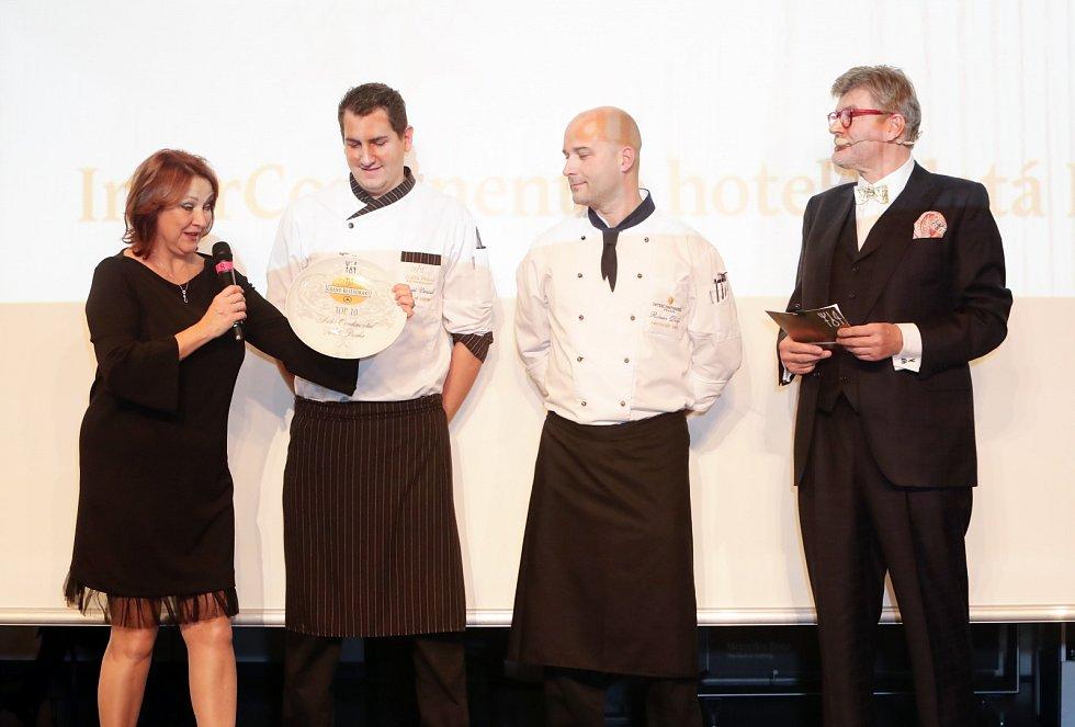 Přehled a hodnocení nejlepších restaurací na české gastronomické mapě v režii Pavla Maurera (vpravo).