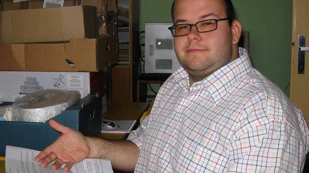 David Michálek (25) učí na Základní škole Tyršova v Nymburce fyziku a výpočetní techniku. V domě dětí a mládeže pak výpočetní techniku, primární prevenci a zájmový kroužek tenis.