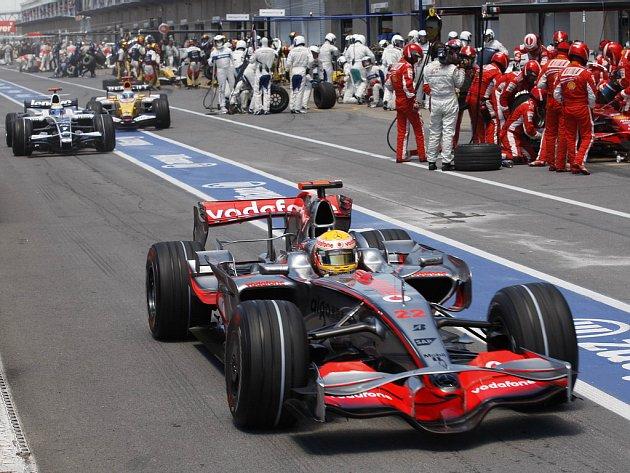 Lewis Hamilton v McLarenu vyjíždí z boxů. Ještě netuší že za pár desítek metrů způsobí karambol,