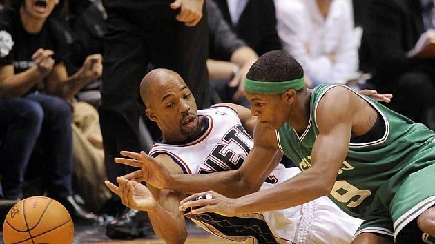 V duelu Nets vs. Celtics se bojovalo o každý míč. Na snímku domácí Rafer Alston (v bílém) s Rajonem Rondem.