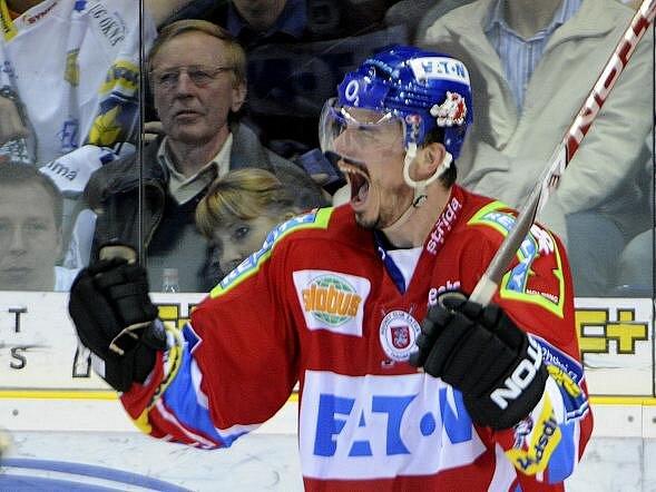 Petr Sýkora oslavuje svoji trefu.
