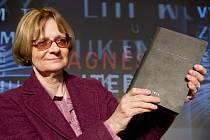Spisovatelka Daniela Hodrová získala 5. dubna v Praze hlavní cenu v soutěži Magnesia Litera. Její román Točité věty se stal Knihou roku 2016.