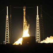 Americká soukromá vesmírná společnost SpaceX zopakovala úspěšné přistání prvního stupně své nosné rakety Falcon 9 na mořské plošině.