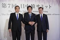 Čínský premiér Li Kche-čchiang, japonský premiér Šinzó Abe a jihokorejský prezident Mun Če-in