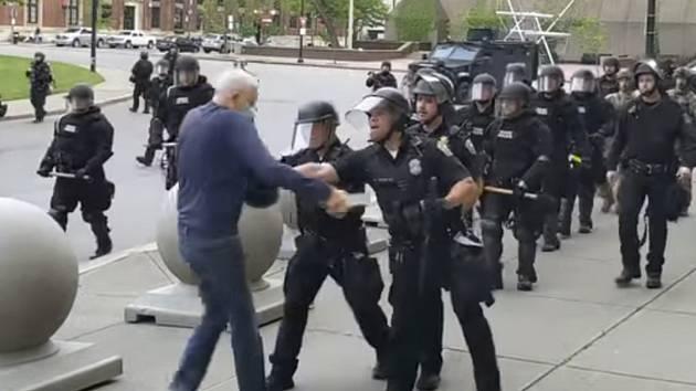 Policisté zasahují proti muži v Buffalu na záběru z videonahrávky rozhlasové stanice WBFO, 4. června 2020