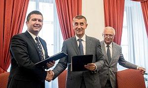 Představitelé ANO a ČSSD podepsali koaliční smlouvu