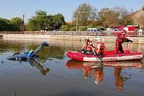 Kuriózní dopravní nehoda se stala ve čtvrtek 19. května 2011 ráno na návsi ve Rpetech na Berounsku. Podnapilý řidič sjel se svým fordem do místního rybníka. Měl velké štěstí, z potopeného auta se dostal a jeho zranění jsou lehčího charakteru.