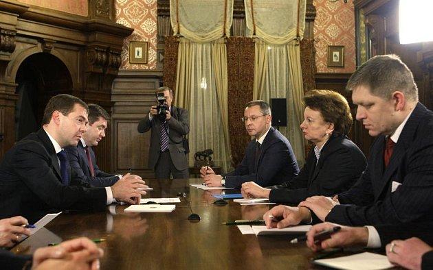 Ruský prezident Dmitrij Medvěděv (vlevo) ve středu jednal s premiéry Slovenska, Bulharska a Moldávie